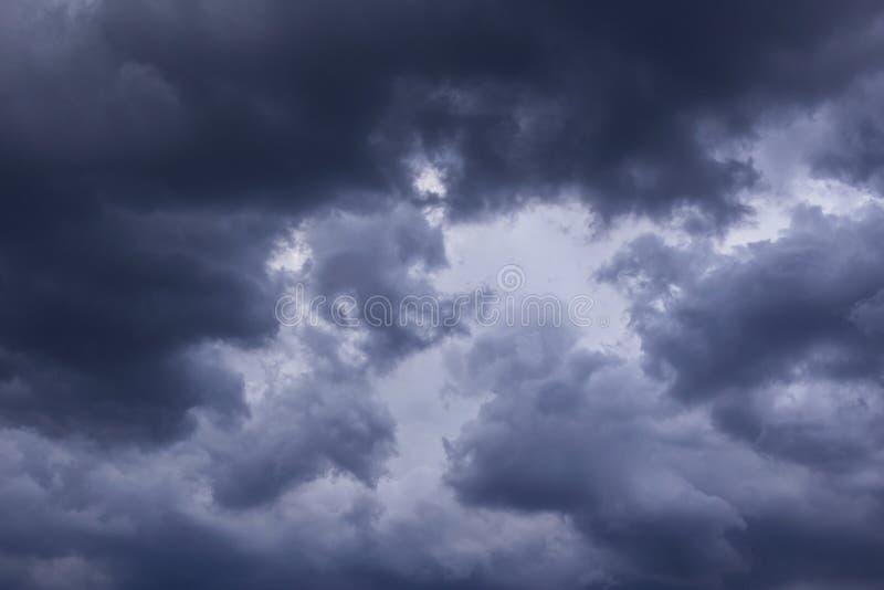 Epicki burzy niebo, zmrok chmurnieje tło teksturę zdjęcia stock