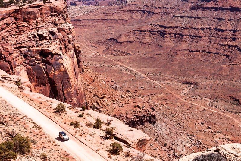 Epicki samochód w pustyni obrazy royalty free