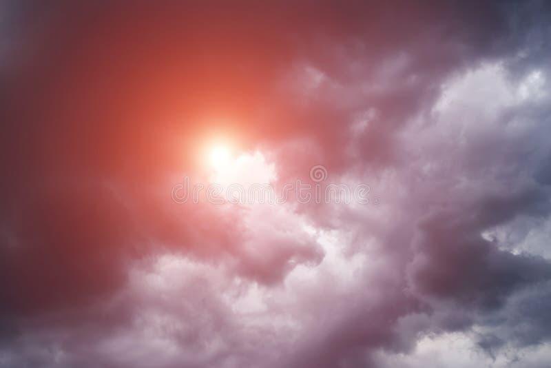 Epicki sceniczny burza zmrok chmurnieje tło z słońca i pomarańcze światłem słonecznym Ciemno?? i ?wiat?o fotografia royalty free