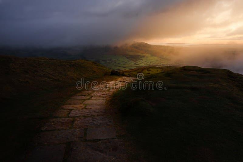Epicki wczesny wschód słońca nad Szczytowym Gromadzkim parkiem narodowym pokazuje jedyną ścieżkę przez luksusowych wzgórzy zdjęcie royalty free