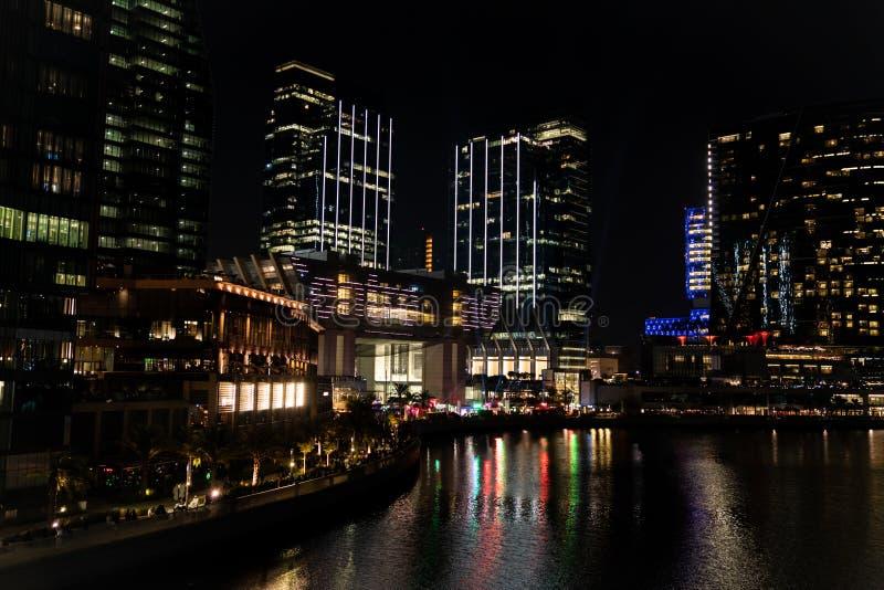 Epicki widok wieżowców miejskich w nocy - Al Galleria Boutique mall, punkty orientacyjne miasta Abu Dhabi, Zjednoczone Emiraty Ar obrazy royalty free