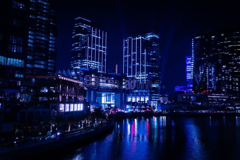 Epicki widok wieżowców miejskich w nocy - Al Galleria Boutique mall, punkty orientacyjne miasta Abu Dhabi, Zjednoczone Emiraty Ar fotografia stock