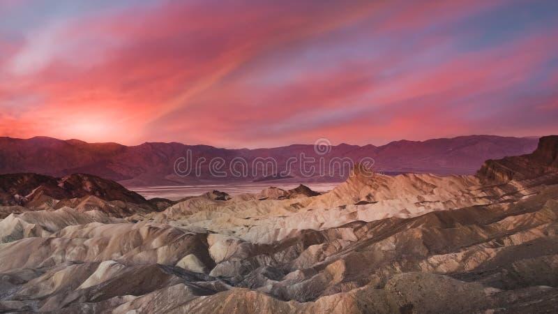 Epicki wschód słońca przy Zabriskie punktem w Śmiertelnym Dolinnym parku narodowym zdjęcia stock