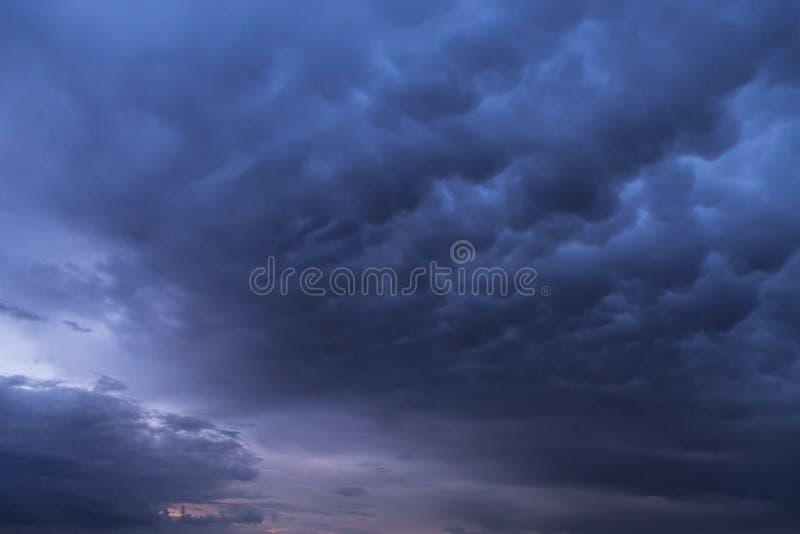 Epickie burz chmury, niebo, błękitny zmrok chmurnieją tło teksturę obraz stock