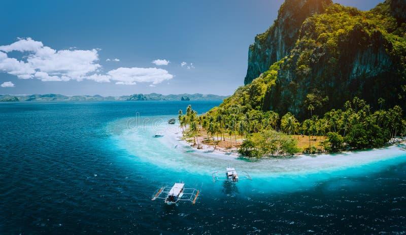 Epickiego powietrznego trutnia panoramiczny obrazek turystyczne łodzie przyjeżdża tropikalną Pinagbuyutan wyspę z idyllicznym ipi zdjęcia royalty free