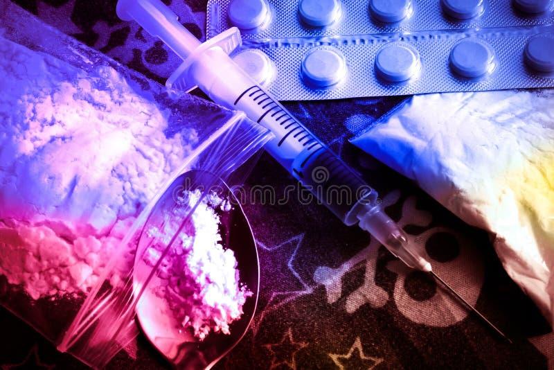 Epidemia del opiáceo Píldoras del opiáceo Concepto de la tenencia ilícita de drogas Cuchara de la preparación de la jeringuilla y imágenes de archivo libres de regalías