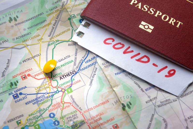 Epidemia di Coronavirus e restrizioni di viaggio in Grecia La nota COVID-19 e il passaporto sulla mappa con Atene Novel corona fotografia stock libera da diritti