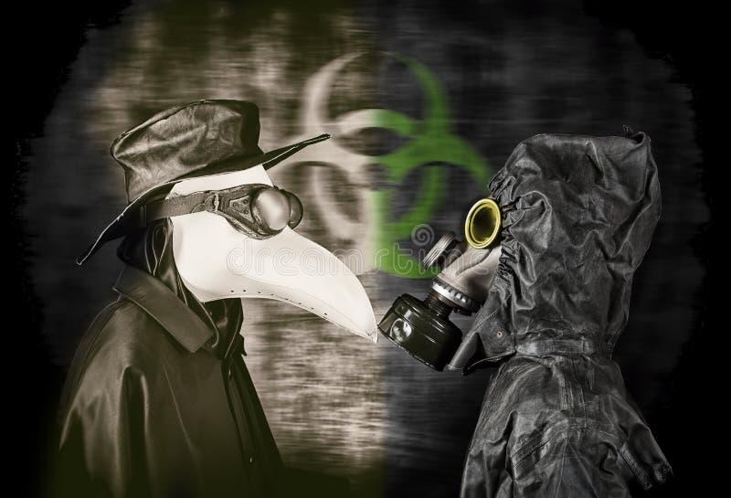 Epidemidoktor och man i gasmask arkivfoto