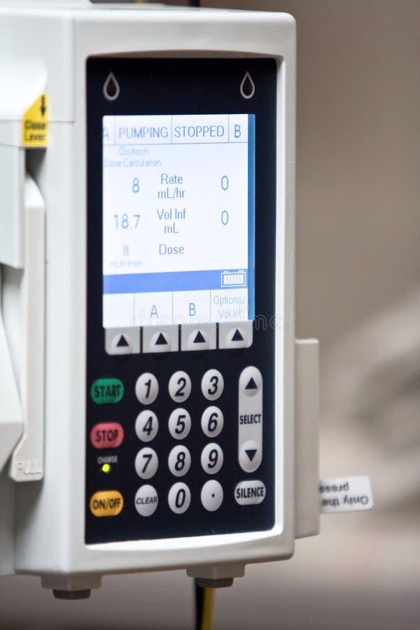 Epidurale machine die actieve lezing op het scherm toont stock afbeelding