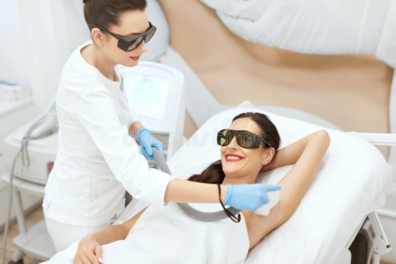 Epilation de laser Femme sur la procédure pour les aisselles d'épilation de laser photographie stock