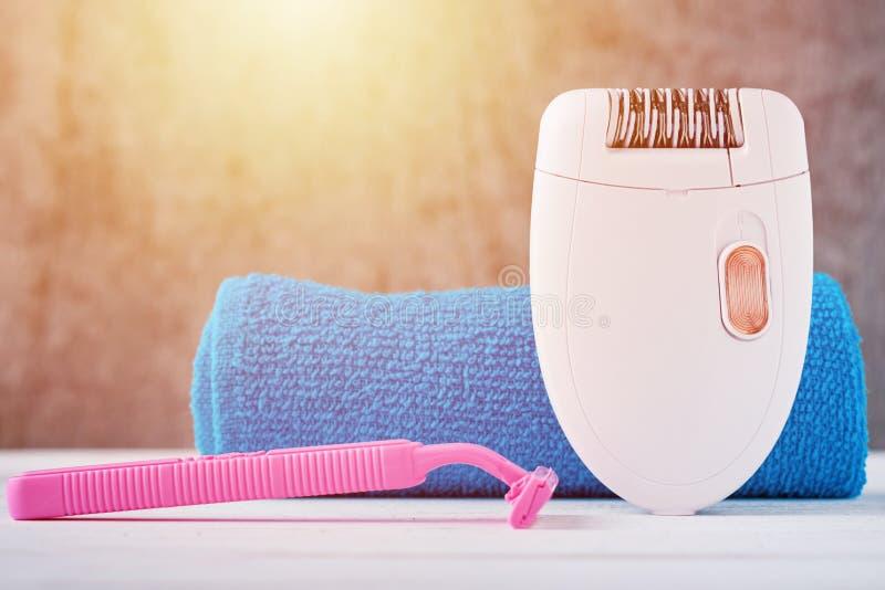 Epilator,刮剃刀和卫生间毛巾 库存照片