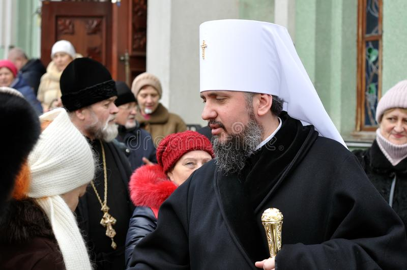 Epiphanius metropolitano, a cabeça da reunião ucraniana local unida da igreja ortodoxa com crentes não identificados fotos de stock