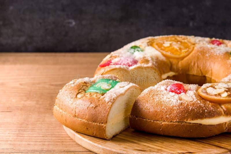 Epiphanykaka 'Roscon de Reyes på trätabellen royaltyfri fotografi