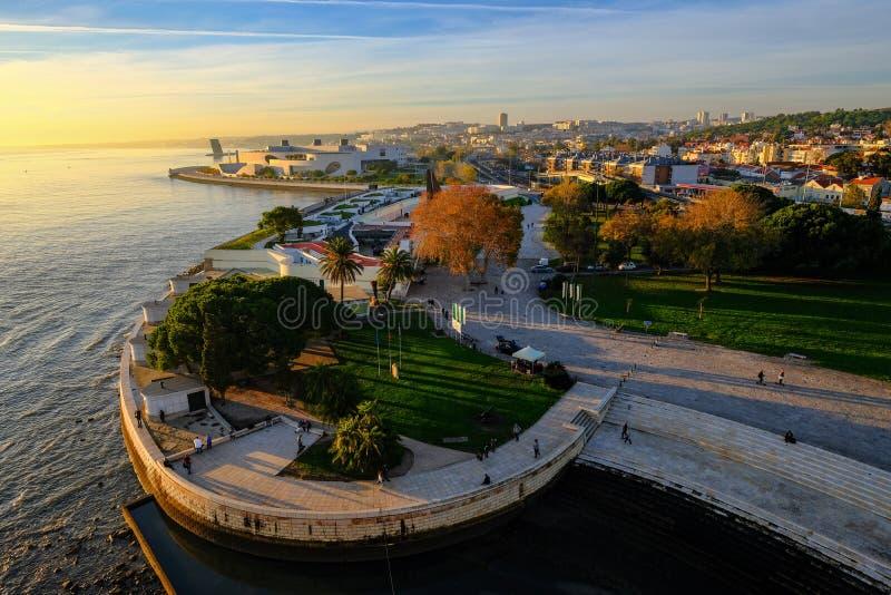 Episch satellietbeeld van het panorama van het de rivieroeverlandschap van Lissabon in zonsondergangtijd royalty-vrije stock foto