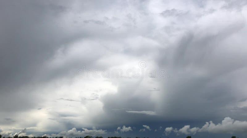 Epische sombere onweerswolken die zich snel over donkerblauwe hemelachtergrond bewegen 4K stock afbeeldingen