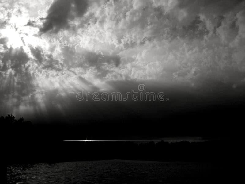 Epische Sonnenstrahlen im Monochrom lizenzfreie stockbilder