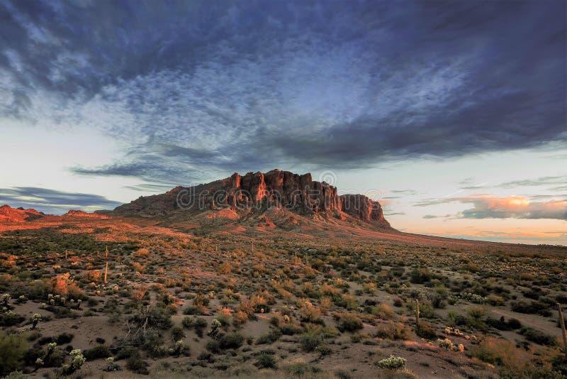 Epische Woestijnzonsondergang royalty-vrije stock fotografie