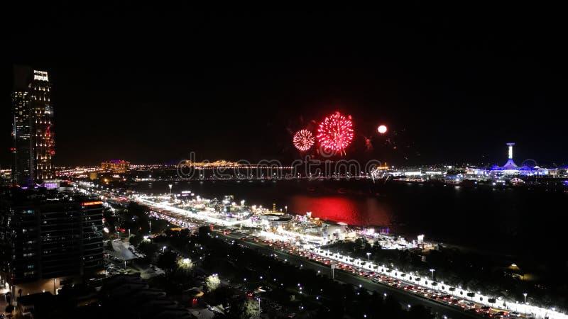 Episches Feuerwerk in der Stadt - Abu Dhabi-corniche Straße lizenzfreie stockbilder