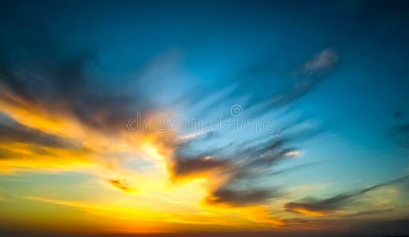 Episk dramatisk solnedg?ng H?rlig gul och bl? f?rgsolnedg?nghimmel f?r apelsin, f?r bakgrund royaltyfria foton