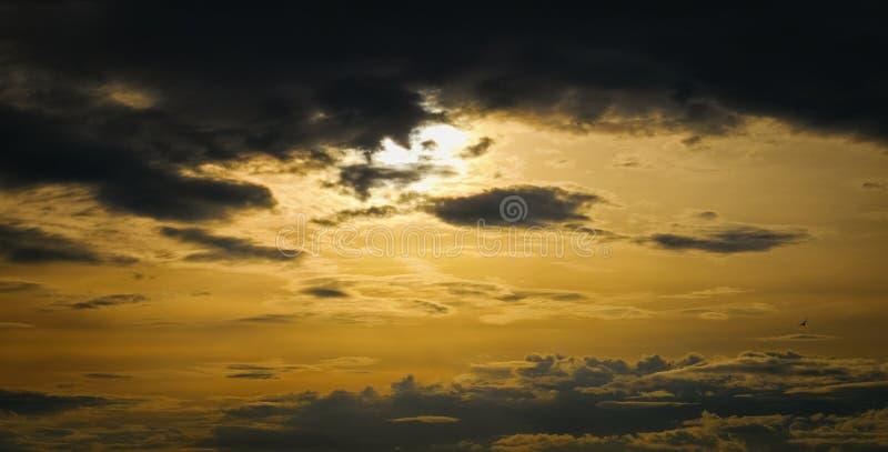 Episk dramatisk solnedg?ng Härlig gul och svart färgsolnedgånghimmel för apelsin, för bakgrund, för regn arkivbild