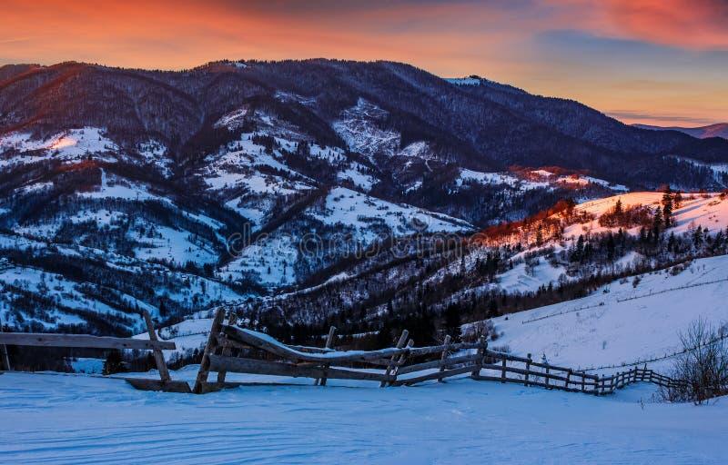 Episk röd soluppgång i Carpathian bygd royaltyfria bilder