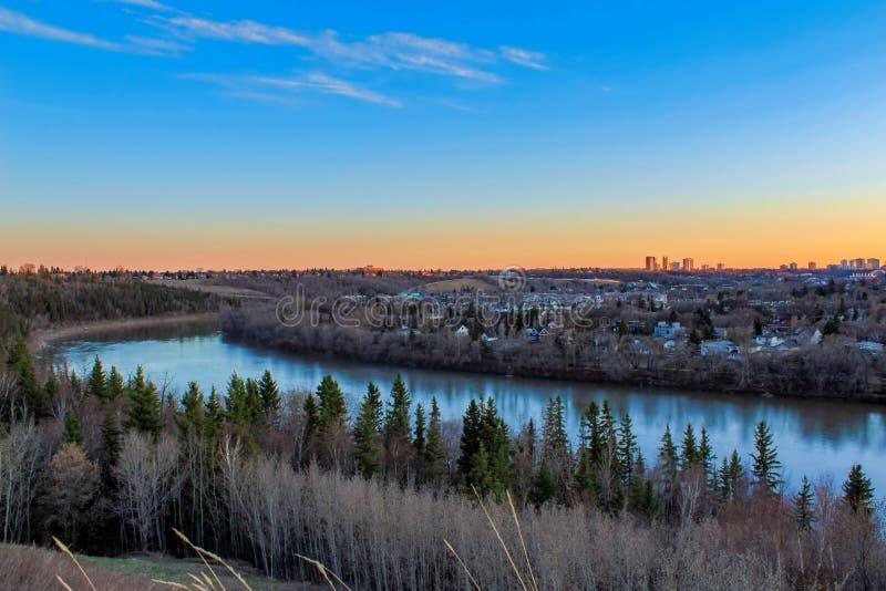 Episk solnedgång över floden royaltyfri fotografi