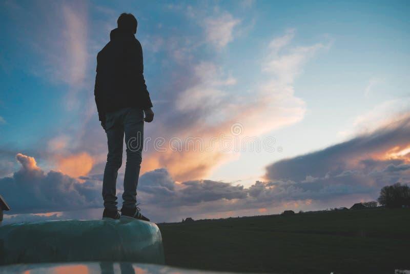 Episk stående på solnedgången royaltyfria bilder