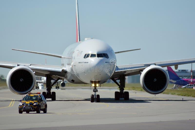 A6-EPJ piano - Boeing 777-31HER - emirati che preparano decollare fotografia stock