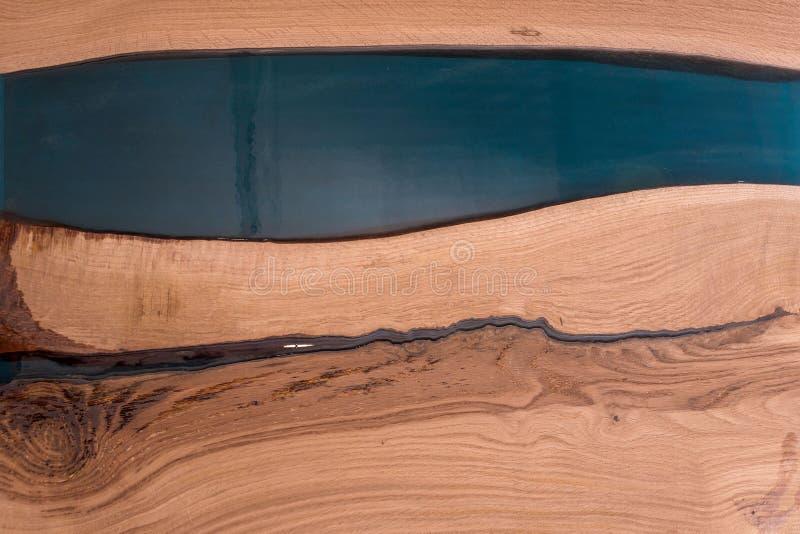 Epoxyhars in gebarsten okkernootmassief Artistieke verwerking van hout meubilairzolder modern meubilair tafelbladen royalty-vrije stock foto's