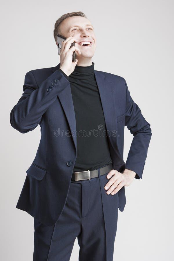 Epressive Knappe Kaukasische Mens die in Elegante Siut door Cel spreken stock afbeelding