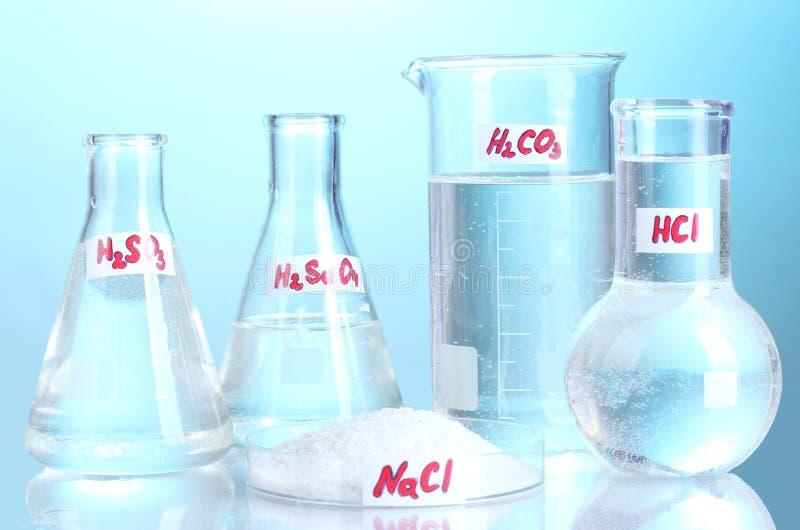 Epruwetki z różnorodnymi kwasami i substancjami chemicznymi fotografia royalty free