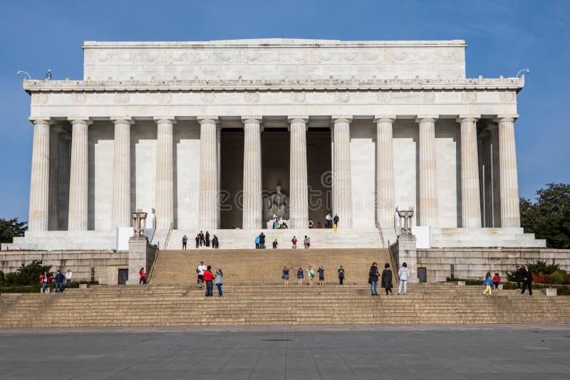 Ept 20, 2018 - Washington DC: Turisten går runt om Lincoln Memorial arkivfoto
