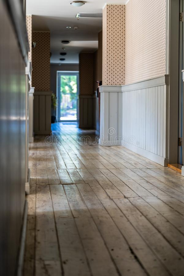 Epty有木板地板的旅馆走廊 库存图片
