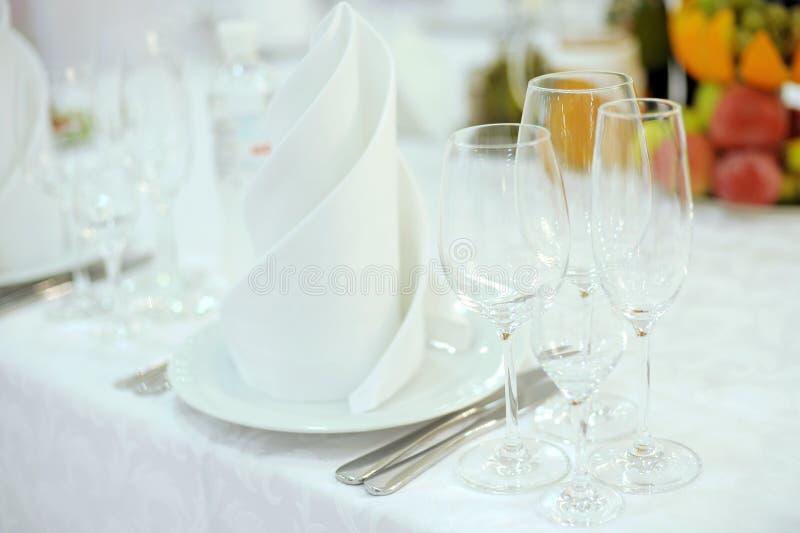 Leere Gläser auf Tabelle lizenzfreie stockbilder