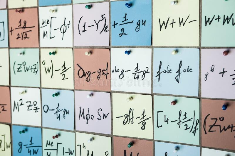 Equações e fórmulas matemáticas em etiquetas imagens de stock royalty free