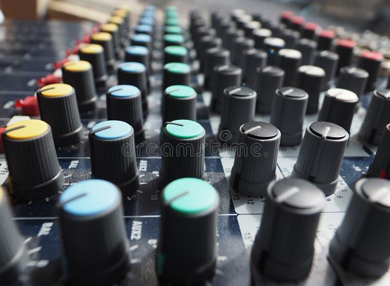 Equalizador análogo para el mezclador de sonidos con el botón y la línea redondos botón fotografía de archivo libre de regalías