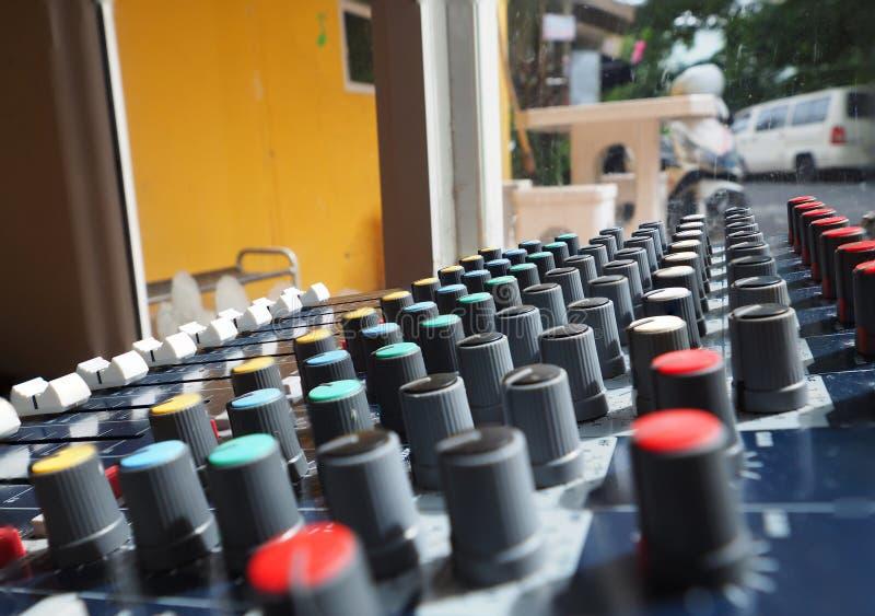 Equalizador análogo para el mezclador de sonidos con el botón y la línea redondos botón fotos de archivo