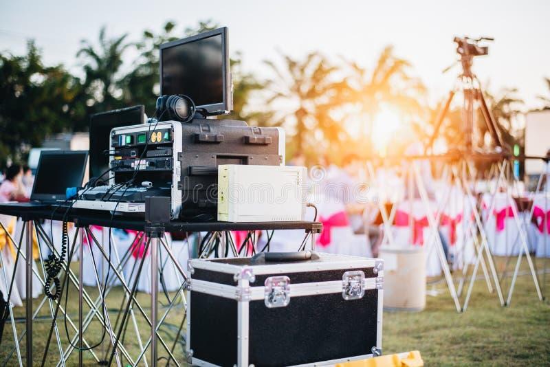 Equalizador de mistura do DJ em exterior no festival do partido da m?sica com a tabela de jantar do partido Conceito do organizad fotografia de stock royalty free