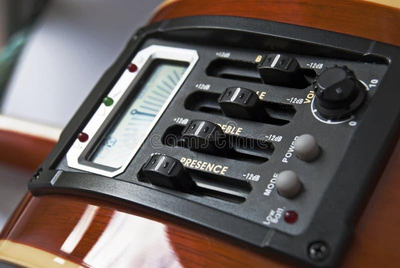 Equalizador y sintonizador de la guitarra foto de archivo