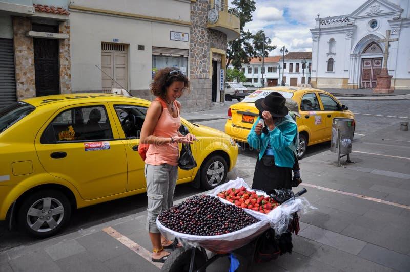 Equatoriano que vende frutos, Cuenca, Equador fotografia de stock royalty free