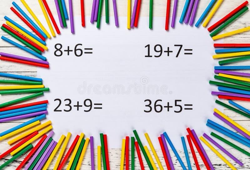 Equazioni dell'aggiunta con i coni retinici di conteggio variopinti fotografia stock