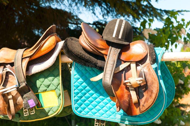 Equestrian sporta wyposażenie i akcesoria wiesza na ogrodzeniu obrazy stock