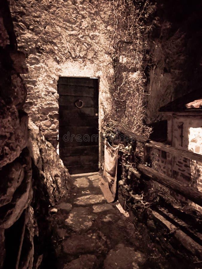 Equi Terme,意大利- 2018年12月26日-迷住,一个老门的保管妥当的瞥见在Equi Terme村庄  免版税库存图片