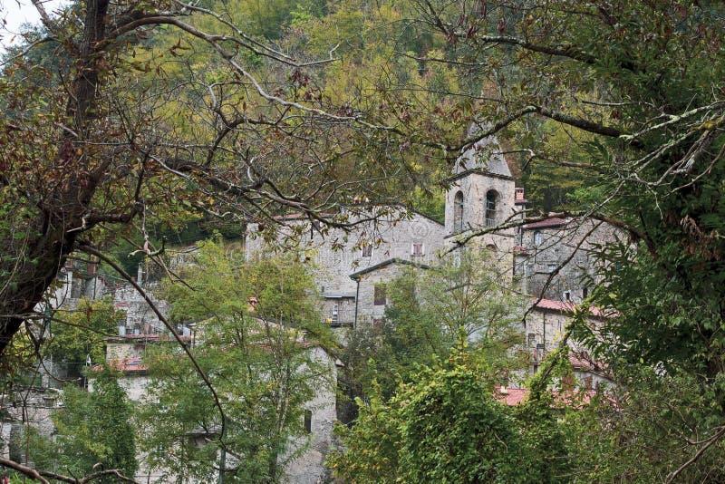 Equi Terme, härlig medeltida brunnsortby i de Apuan fjällängbergen, Tuscany, Italien Höst Berömt för dess sulphur arkivfoton