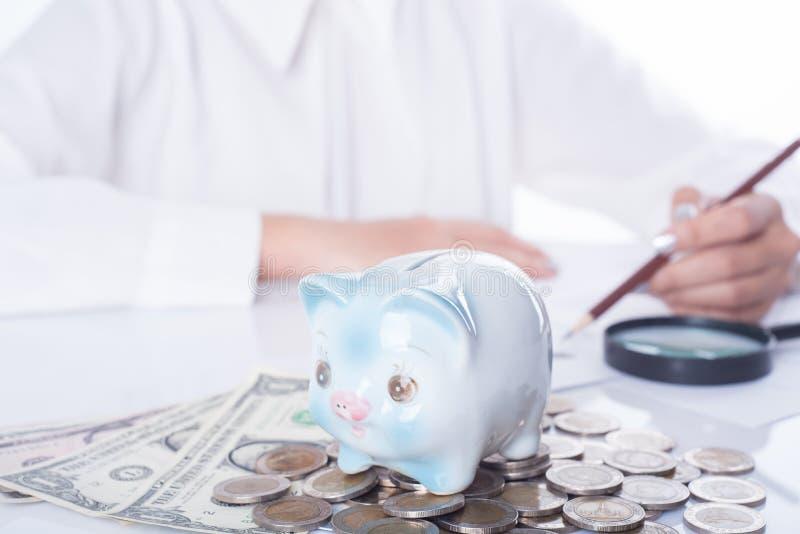 Equilíbrio calculador do contador ou do banqueiro financia o investimento imagens de stock royalty free