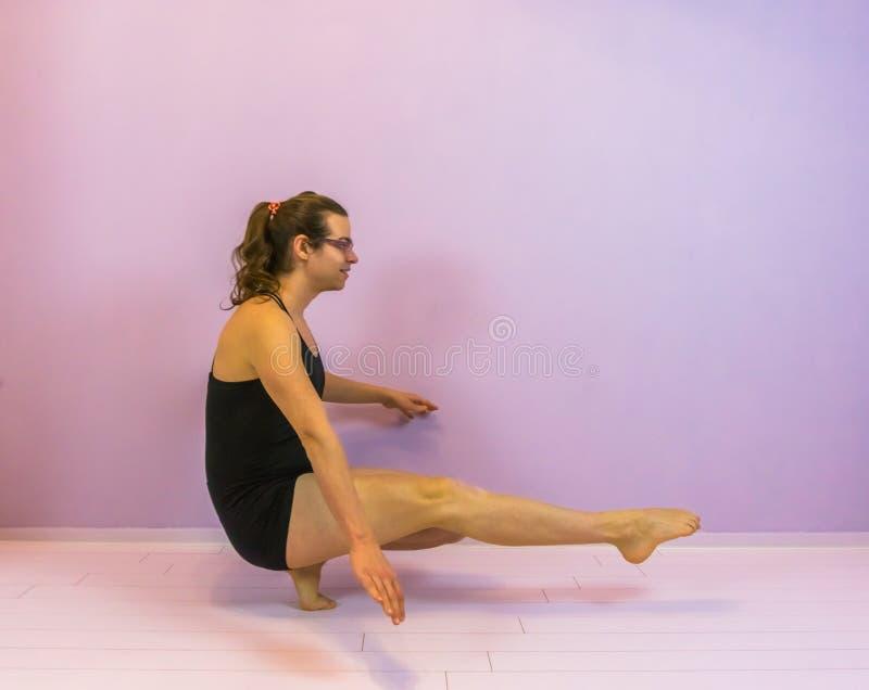 Equilíbrio com pés aguçados, menina nova do cossaco do transgender que executa uma ocupa da pistola, LGBT no esporte de dança fotografia de stock