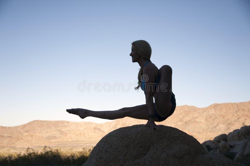Equilíbrio da mulher da ioga de Moksha do deserto fotografia de stock royalty free