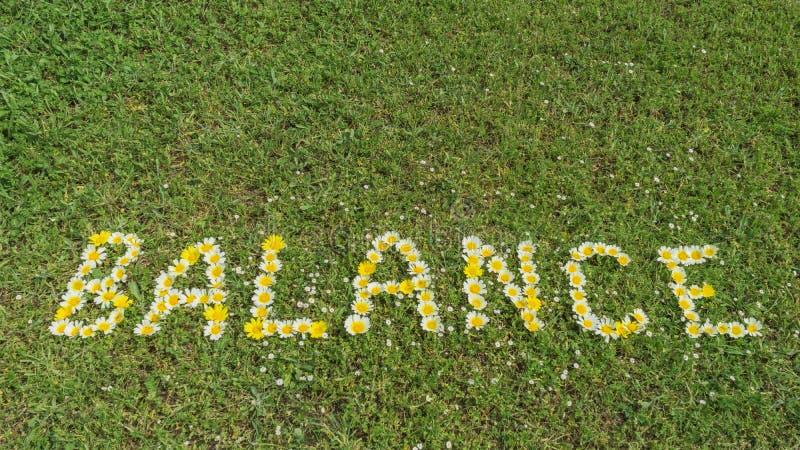 EQUILÍBRIO da palavra escrito com flores imagens de stock royalty free