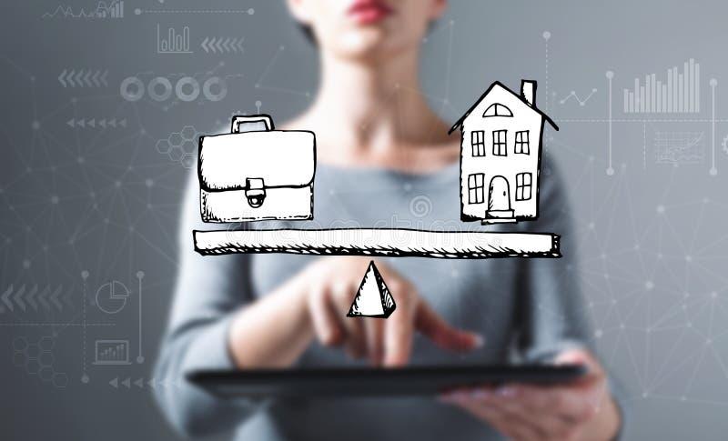 Equilíbrio do trabalho e da vida com a mulher que usa uma tabuleta imagem de stock royalty free