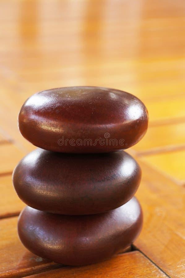 Equilíbrio do zen na tabela de madeira foto de stock